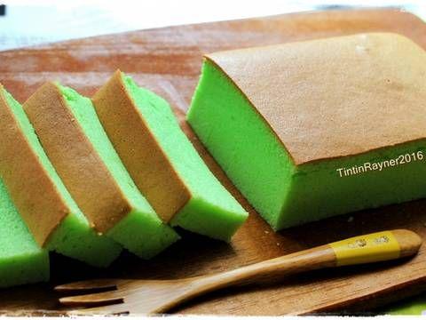 Resep Ogura Cake Pandan Super soft moist recomended favorit. Sukses!enakkk sesuai selerakuu hihihihi.. Lembutt,kempus2...daaann low calorie! Aaa falling in love sama Oguraaa..*noooo Dalam 1 minggu uda berkali2 bikin,kmren rasa orange,trus taro..saking cintahnya:) Dari penampakan ogura yang lembut+pori2nya halus rapet kayak maem spon.makan ber slice2 pun ga kenyang2 rasanya#laper/doyan nihh?ckikikk.. Resep pandan ogura ini aku contek dari miss Sonia nasi lemak.. recomended:) Ga heran cake…