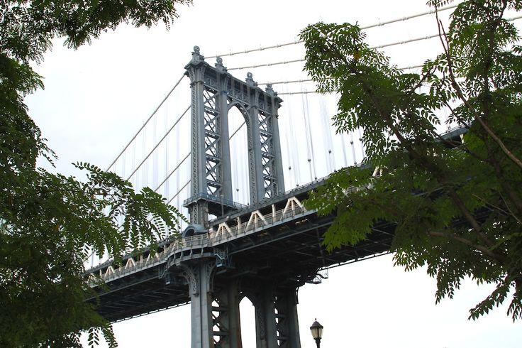 """DUMBO – """"Down Under the Manhattan Bridge Overpass"""" – wyjątkowe miejsce w Nowym Jorku, z zapierającymi dech widokami na Most Brooklyński i panoramę Manhattanu. Stąd również można zrobić zdjęcie Empire State Building idealnie wpasowanego w Manhattan Bridge. Jeszcze kilka lat temu nikt nie chciał tam mieszkać. Okolica zmieniła w ciągu ostatnich kilku lat, od strefy […]"""
