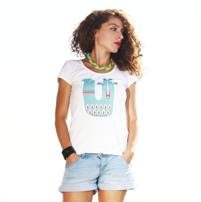 Tricou Pasăre Folclorică - Tricou model folcloric este un tricou cu un design colorat, o reinterpretare a mai multor elemente din folclor.