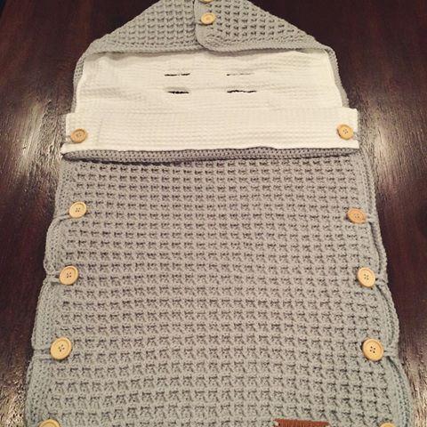 Vanavond heb ik deze grijze maxicosi voetenzak af gemaakt. Klaar om verzonden te worden. Nu lekker op de bank #gtst kijken! #hipenstoer #haken #crochet #handmade #handgemaakt #voetenzak #maxicosi #bestelling #custommade