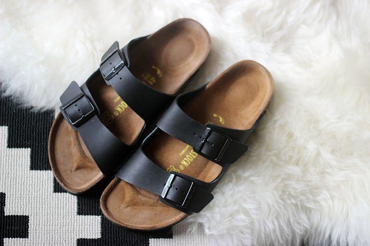 El birkenstock es negro y muy bonita. Es muy cómodo. Yo llevo con todo. Yo llevo los zapatos menos que birkenstocks.