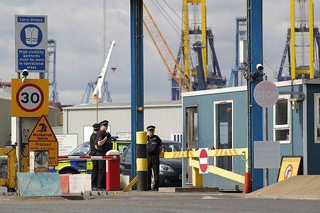 16日、英南東部ティルベリーで、港を警備する警官たち(AFP=時事) ▼17Aug2014時事通信|コンテナから悲鳴、1人死亡=英 http://www.jiji.com/jc/zc?k=201408/2014081700011