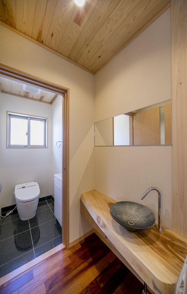 トイレの前に無垢カウンターと焼き物の手洗器で手洗い場をつくりました。#和風住宅 #家づくり #トイレ #無垢カウンター #手洗 #設計事務所 #菅野企画設計