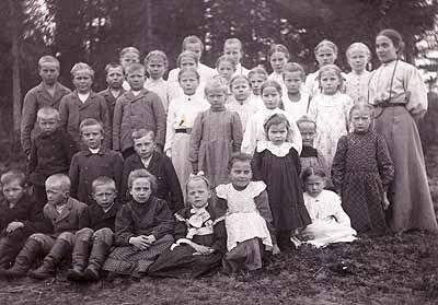 Kiertokoulun opettaja ja oppilaat 1910, Keski-Suomen museo - Myöhemmin kirkko palkkasi kiertokoulunopettajia,jotka kiersivät vuoroviikkoina kylän talosta toiseen).Tässä vaiheessa monet suomalaiset oppivat jo lukemaan ja kirjoittamaan.V.1856 Suomen senaatti pyysi tuomiokapituleilta lausuntoja yleisen koululaitoksen järjestämisestä.