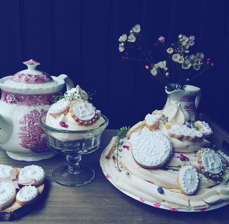 Gâteau ou pièce montée en meringue et sablés personnalisés, wedding cake with icing cookies handmade #wedding #bakery #cookies  #french meringue