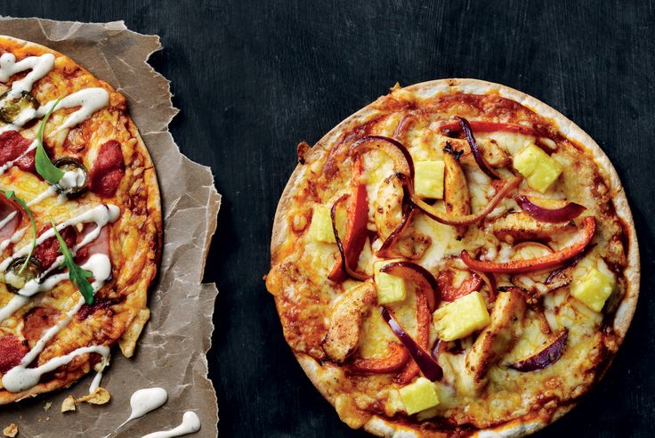 Som tortillapizza toppet med fajitakrydret kylling, paprika og ananas. Og ost, selvfølgelig.