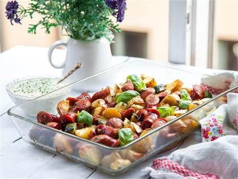 Supergod och enkel rätt med smakrik lammkorv och potatis som sköter sig själv i ugnen. Servera med krämig gräslökssås!
