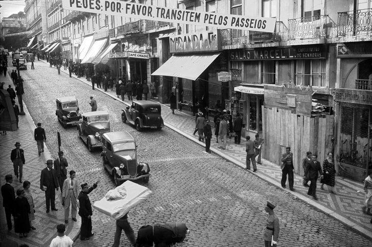 No outono de 1935, a Polícia de Trânsito, com apoio do Automóvel Club, ensinava a subir pelos passeios da direita e a descer pelos passeios da esquerda.