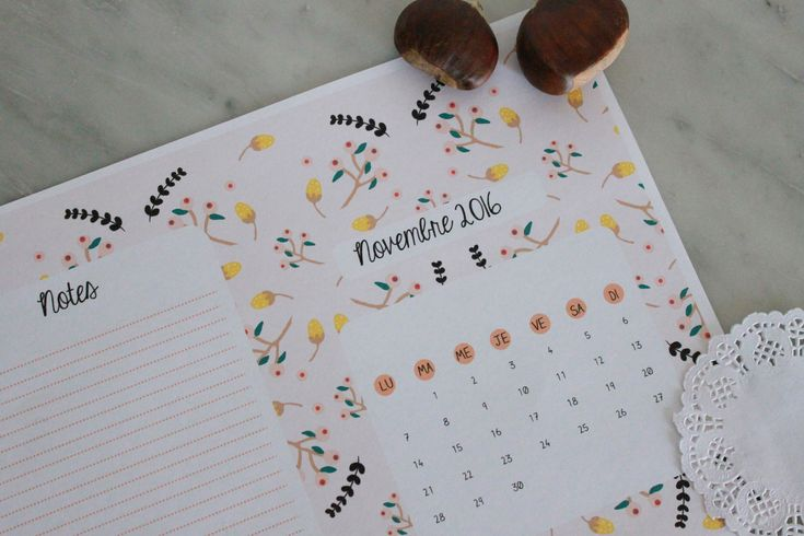 Nous sommes déjà mi-octobre, il est temps de vous proposer le calendrier du mois prochain. Cette fois-ci, j'ai utilisé une nouvelle technique de dessin. Vous me direz ce que vous en pensez. Il faut que je la peaufine mais déjà, elle est très prometteuse....