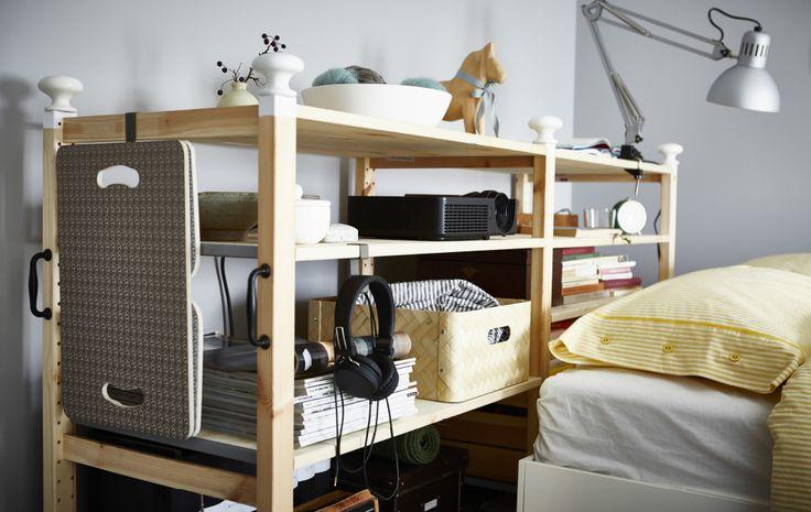 Ein maßgeschneidertes IVAR Regal hinter einem Bett.