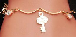 Bracciale con chiave e altri ciondoli. http://s.click.aliexpress.com/e/iyrZjMz