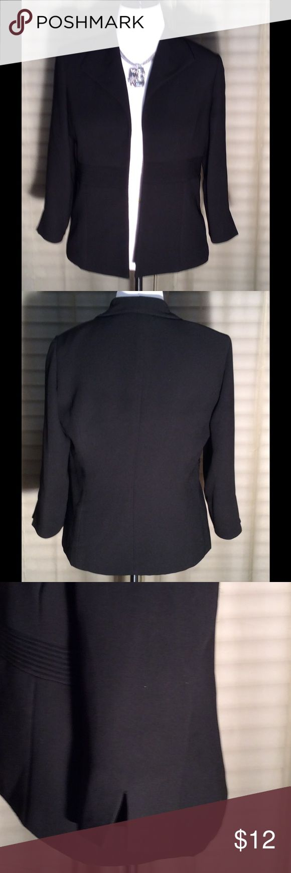 💐💄💐 LADIES BLACK BLAZER 💐💄💐 Ladies black blazer, has shoulder pads and small v's in the sleeve. Great condition. Jessica Howard Jackets & Coats Blazers