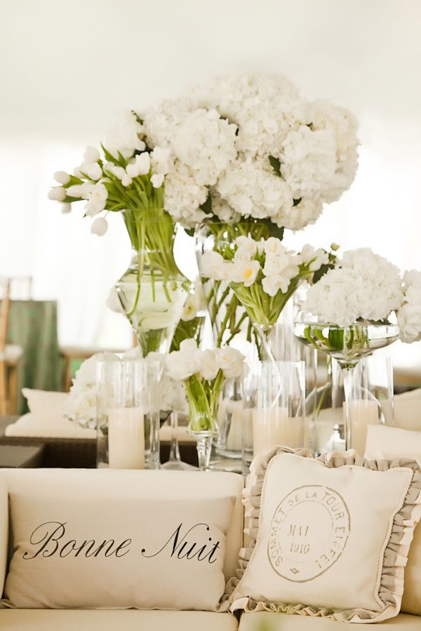 A creamy white decoration will create a warm ambiance for your Summer wedding. Photo by Vue Photography. An inspiration from the blog Inspired by this.