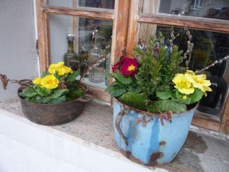 """Takhle vypadají """"nové"""" jarní truhlíky na parapetu okna"""
