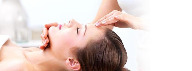 Аюрведа масаж Широдара. Прекрасен процес на дълбока релаксация, при който скалпът и челото получават нежен масаж с тънка струя топло масло. Много ефективен за високо кръвно налягане, главоболие, шумове в ушите.