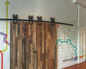 Questo è un bellissimo rustico industriale acciaio piazza ferro di cavallo scorrevole porta della stalla hardware insieme. Made in USA a mano da
