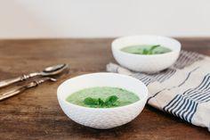 Il gazpacho di piselli e menta è una ricetta fresca e primaverile per preparare una crema fredda di piselli