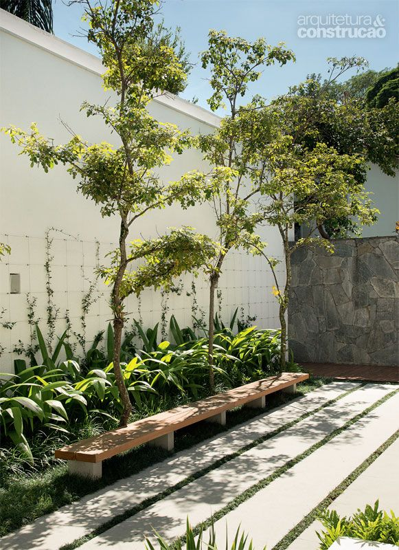 Casa em São Paulo é cheia de patamares e possui um lindo jardim - Casa