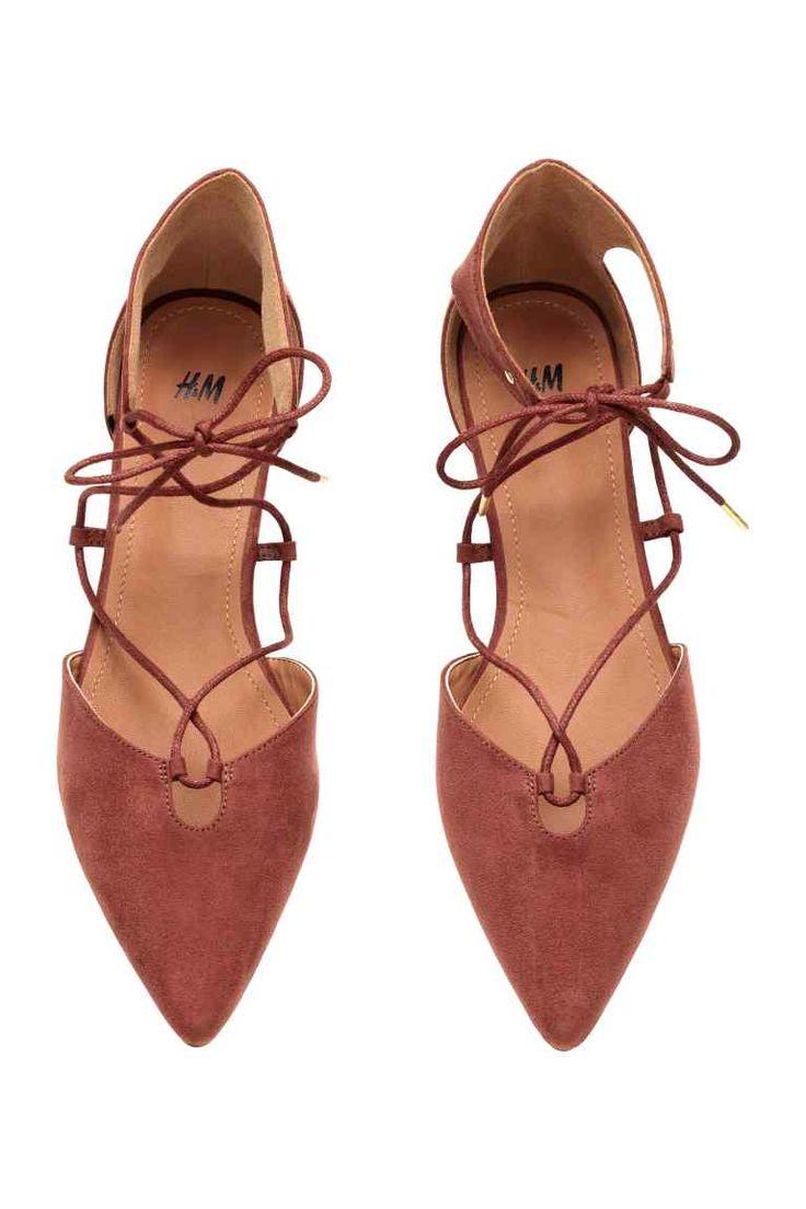 Sapatos rasos de cerimónia: Sapatos rasos de cerimónia em camurça sintética com biqueira fina, lados abertos e atacadores. Forro e palmilhas em pele sintética. Solas de borracha.                                                                                                                                                                                 Mais