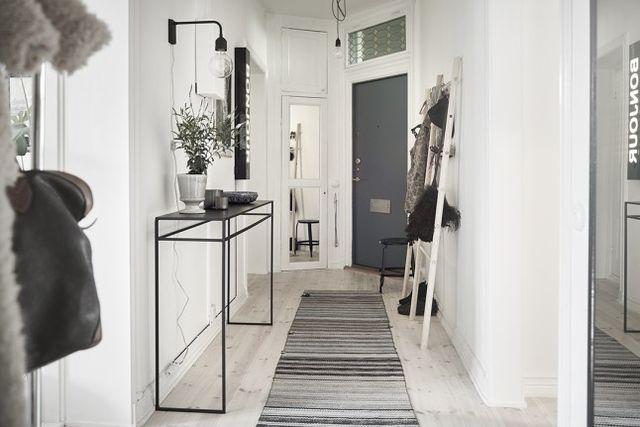 Murs blancs et sols en bois clair, meubles aux lignes simples, entre sobriété et matières raffinées le blanc se réchauffe de naturel et nous fait aimer toujours plus l'art de vivre à la scandinave. Ar