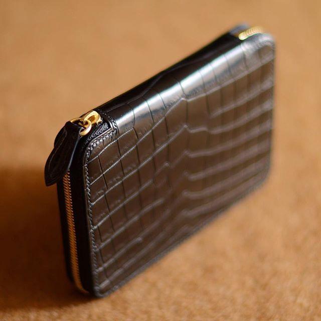 Making of a crocodile zipper wallet. #ordermade #bespoke #bespokeleather #leather #leathercraft #leatherwork #handstitch #handsewn #leatherwork #leathergoods #luggage #atelier #leathertool