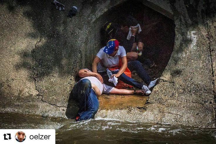 Las fotos de Leo Álvarez son todo un testimonio gráfico, pero esta es asombrosa:    #Repost @oelzer  ・・・  Manifestante herido durante la protesta ocurrida en Caracas este 19 de abril contra el régimen de Nicolás Maduro es atendido mientras llegan rescatistas en las orillas del Río Guaire en la ciudad de Caracas. Autopista Fco Fajardo.    #ntn24venezuela #cnnenespanol #oea #telemundo #instagramers #elnacionalweb #instavenezuela
