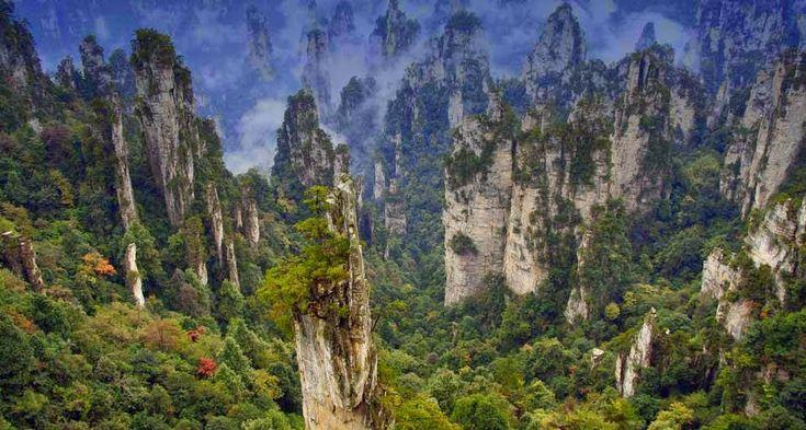 Um pouco de cada coisa: Montanhas de Wulingyuan – Inspiração para o filme AVATAR!  Imponente, gigante, assustadoramente alta e com penhascos verticais de matar de medo o mais ousado dos alpinistas, as montanhas de Tianmen ficam na China.