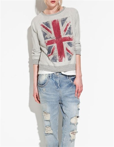 Sudadera en color gris con la bandera de Inglaterra estampada de la colección primavera/ verano 2012 de Zara (19,95€).
