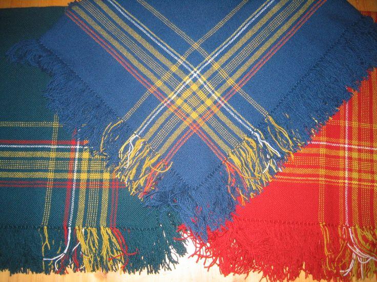 Blått sjal til romeriksbunaden. Ca kr 800, - på Husfliden på Strømmen Storsenter.