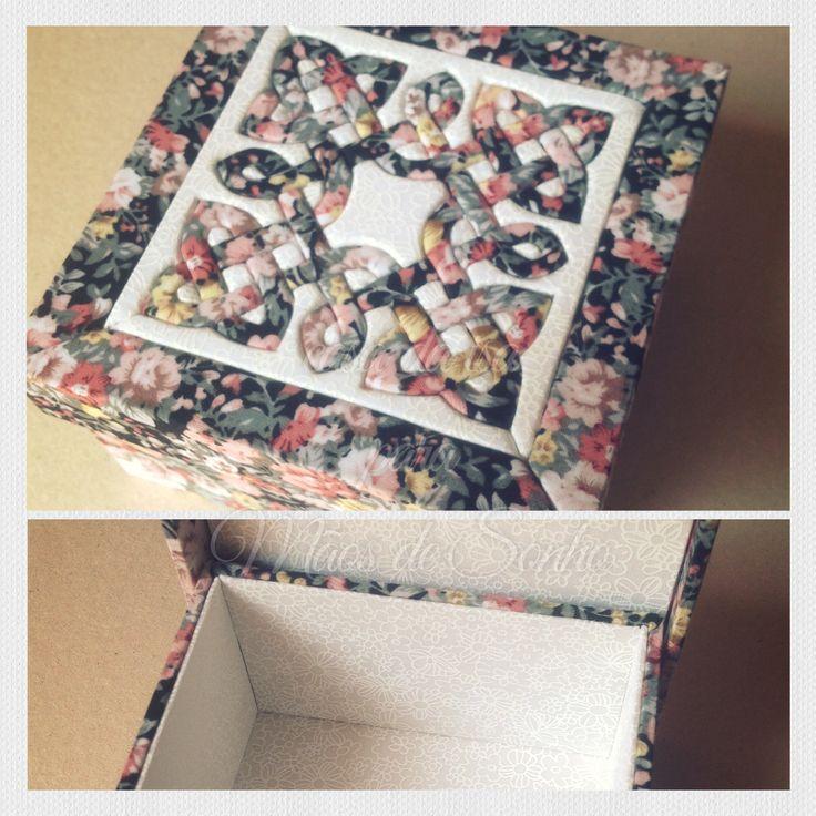 Caixa em mdf forrada com tecido 100% algodão. Tampa trabalhada em patchwork embutido.