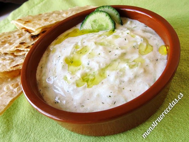 Tzatziki o Salsiki, salsa griega de yogur y pepino - http://www.monstruorecetas.es/2014/04/tzatzikiyogurpepino.html