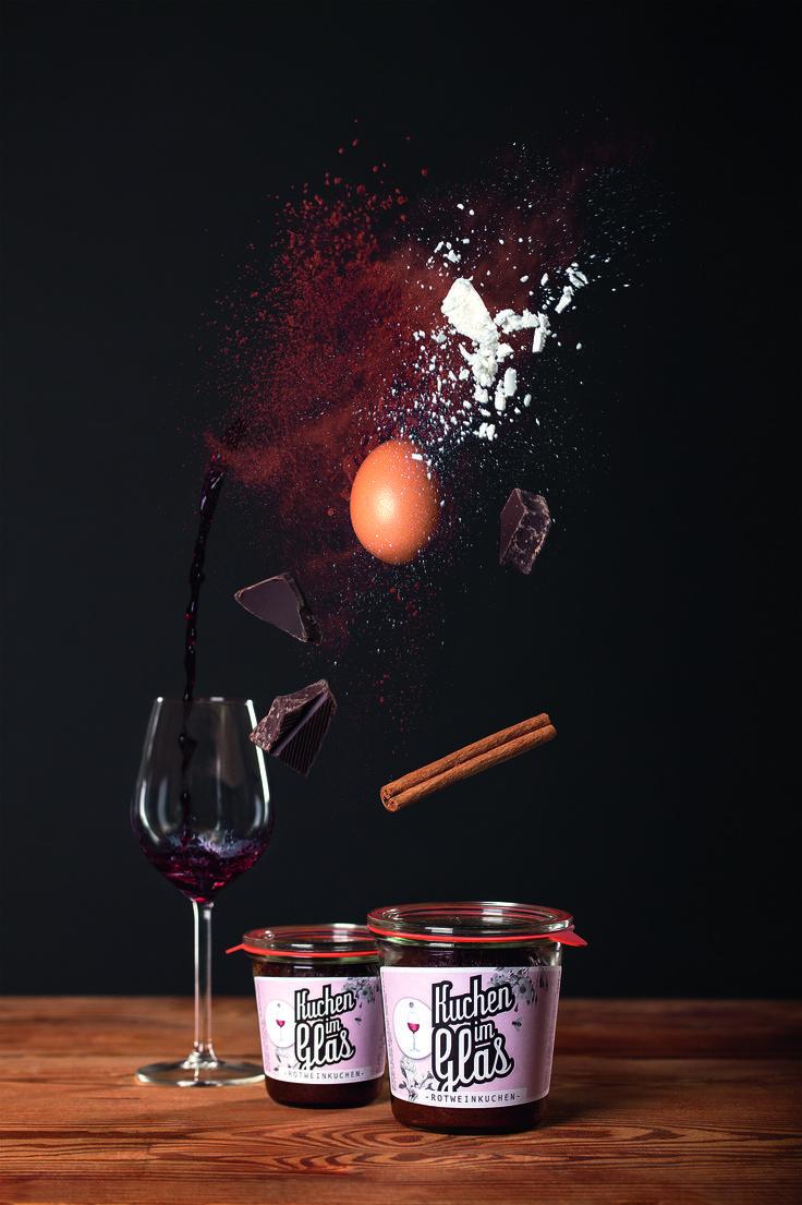 Der Kuchenklassiker aus Süddeutschland! Saftiger Rotweinkuchen wie bei Oma aber im Glas eingebacken und durch lange haltbar und ein praktisches Mitbringsel in der Weihnachtszeit. Kleine Schoko-Stückchen runden den feinen Rotweingeschmack ab und machen unseren Rotweinkuchen im Glas zu einer köstlichen Kleinigkeit!