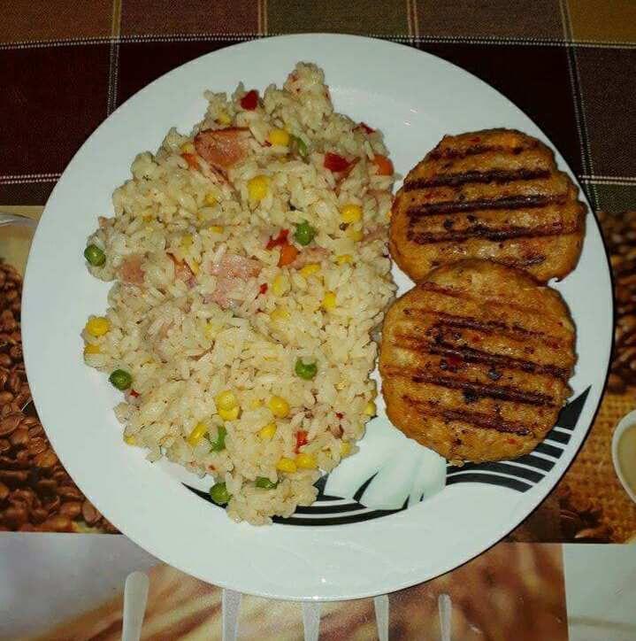 Μπιφτέκια κοτόπουλο στο γκριλ και ρύζι πιλάφι με ανάμεικτα λαχανικά και μπέικον