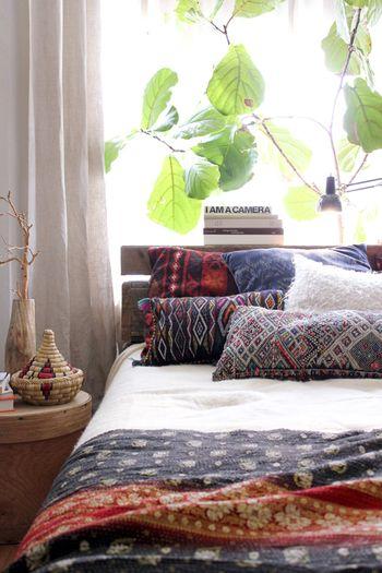 夏が過ぎたらベッドも秋仕様に。いろいろな柄のクッションと合わせたキリムのベッドカバーで、エキゾチックな雰囲気の温かいベッドルームができあがります。