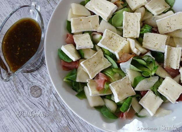 Sałatka z gruszką i serem pleśniowym z sosem balsamicznym - przepis ze Smaker.pl