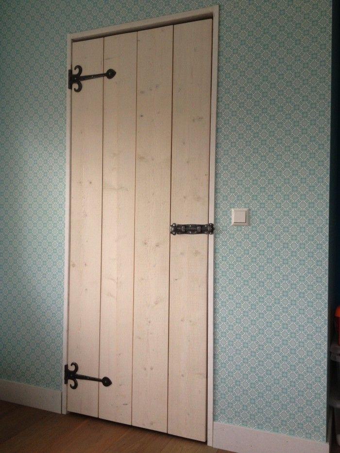 Op maat gemaakte deur (door Martijn van Home66) voor de inloopkast van onze dochter. Gemaakt van steigerhout, afgewerkt in whitewash olie en voorzien van smeedijzer beslag. Staat top!