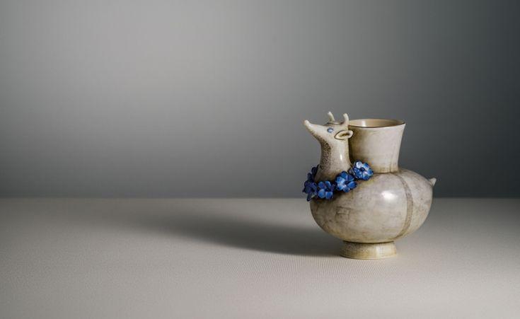 Vaso zoomorfo con testa di mucca in vetro incamiciato lattimo e pagliesco con applicazione di foglia d'argento ossidato, 1932