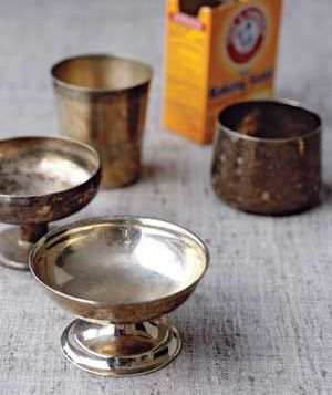 ❥ Baking Soda to clean silver~ Wash items, then place on aluminum foil in the bottom of a pot. Add a baking-soda solution (¼ cup soda, a few teaspoons salt, 1 quart boiling water) and cover for a few seconds. The result? A chemical reaction that gets the black off the gravy boat.