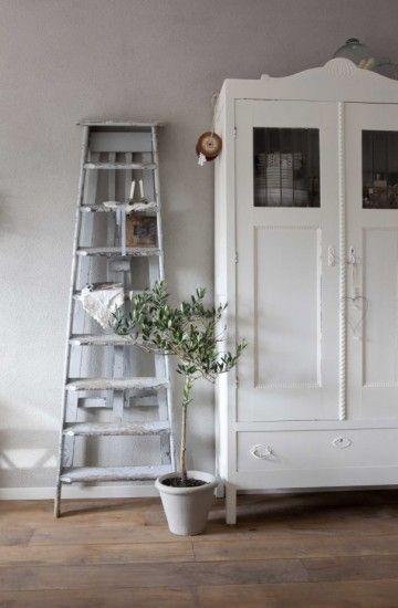 Leuke brocantevitrinekast en whitewash trapje! Vergelijkbare oude landelijke kasten en trappen bij www.old-basics.nl