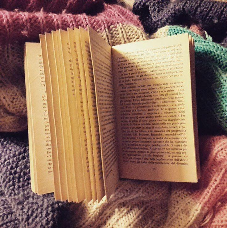Per questa #sera giochiamo la combinazione perfetta: #libro + #coperta! Chi ci segue? #ioleggoperché