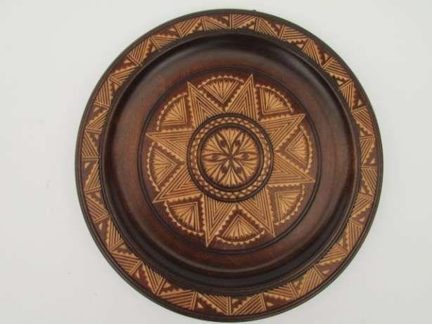 25 zł: Talerz drewniany dekoracyjny 25cm. Ciemno brązowy w jasne wzorki, rzeźbione cudo. Średnica 25cm. Komis Pakamera ul. Warszawska 384