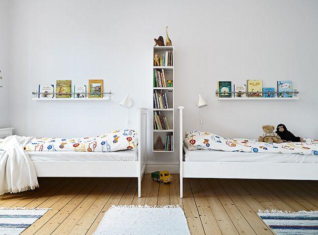 LIts sur la ligne horizontale. Espaces bibliothèque, privatif et commun. A cute Swedish family apartment