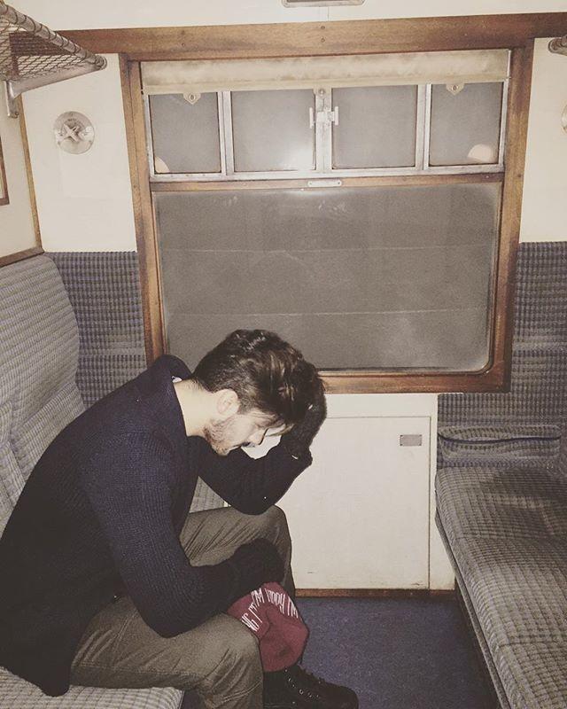 O cantor fez uma foto na réplica do Hogwarts Express, famoso trem da saga do bruxinho