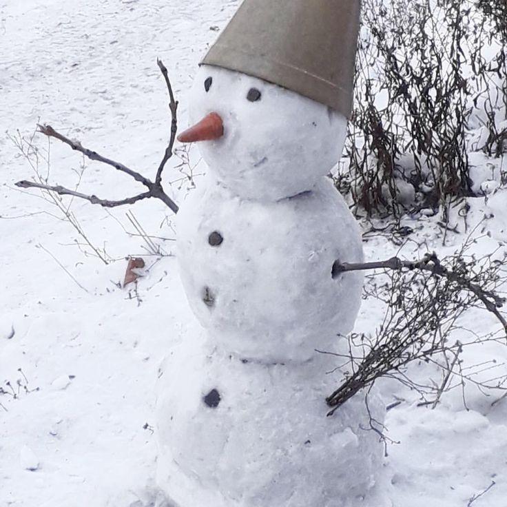 От подписчицы: Вот такого симпатичного снеговика мы увидели возле одного из домов в Перми ⛄