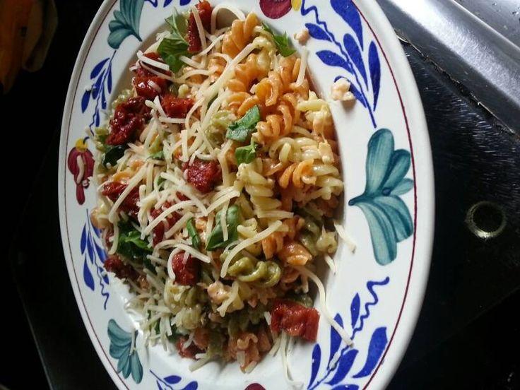 Zo n heerlijke makkelijk pasta die binnen 15 minuten op tafel staat EN ook nog is helemaal geweldig smaakt. Deze pasta is gemaakt met Fettuccine maar kan met...