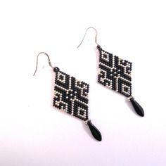 Boucles d'oreilles en forme de losange   / perle miuyki  noir et argenté / crochet en acier inoxydable / tissage peyote /cadeau
