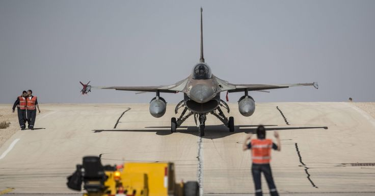 Um F-16 aterrissa na base aérea de Ovda, no deserto de Negev, ao sul de Israel, durante o exercício Bandeira Azul. A atividade faz parte de uma série de manobras aéreas internacionais. Segundo o Exército israelense, é a primeira vez que um exercício desses é conduzido entre aviões de combate israelenses, americanos, gregos e italianos Oliver Weiken/EFE