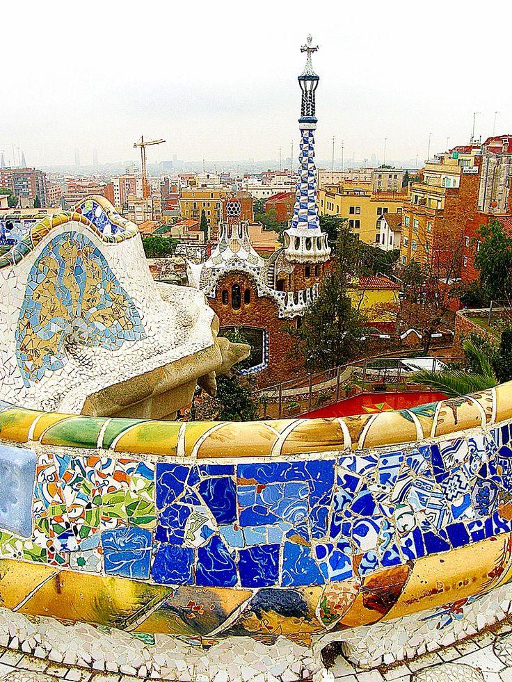 Park Güell, Barcelona. . O Parque Güell é, definitivamente, uma das melhores atrações de Barcelona. Ele começou a ser construído em 1900, numa época em que Barcelona estava em pleno crescimento, e é a coroação de uma longa parceria entre o arquiteto Antoni Gaudí e o empresário Eusebi Güell. Veja mais detalhes lá no blog:
