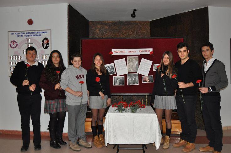 Öğrencilerimiz, okulumuzun bulunduğu caddeye adını veren Türk Sanat Müziği'nin efsane isimlerinden Müzeyyen Senar'ı, karanfillerle andı. Türkiye Cumhuriyeti'nin kurucusu ve Türk Sanat Müziğinin büyük hayranı Mustafa Kemal Atatürk'ün de en sevdiği sanatçılardan biri olarak birçok kez Ata'nın huzurunda şarkılar seslendiren Müzeyyen Senar'ın anısına özel bir stant oluşturuldu.