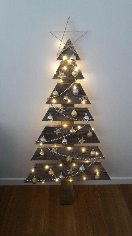 Il mio albero di Natale del pallet!  Realizzato con l'aiuto del mio meraviglioso partner e una sega circolare.  Le baubles sono pinzate con pistola fiocco e le stelle (fatte da bastoncini di kebab, stringa e superglue) e stringa di perline sono tenuti in sede con colla.  Ho usato luci di seme di filo di rame (piuttosto che le luci fiabesche) perché sono un po 'più daintier